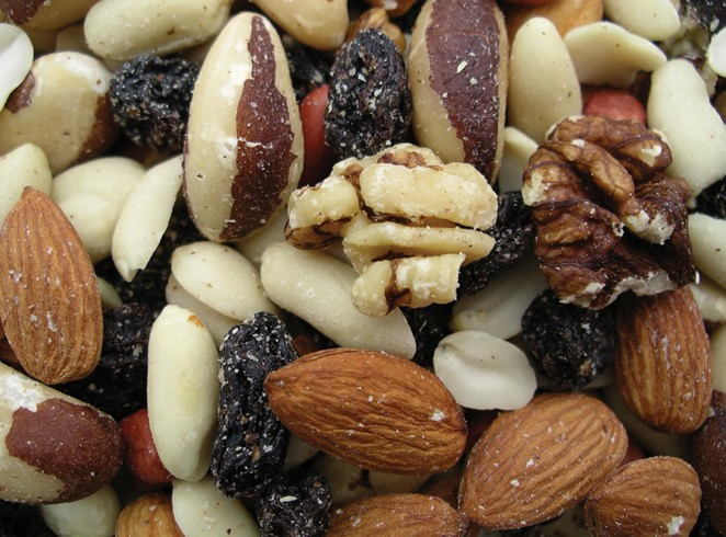 Golden Sunrise Foods.  Deluxe fruit and nut.  Ingredients:  raisins 21%, peanuts 21%, brazil nuts 18%, almonds 17%, walnuts 17%, hazelnuts 6%, palm oil.  May contain other nut traces.